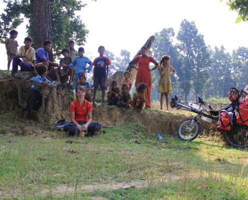 kleine Pause im westlichen Terai. Umzingelt von Menschen