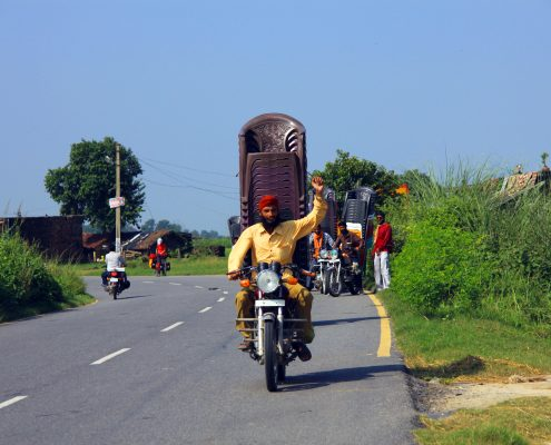 Sikh mit Stühlen