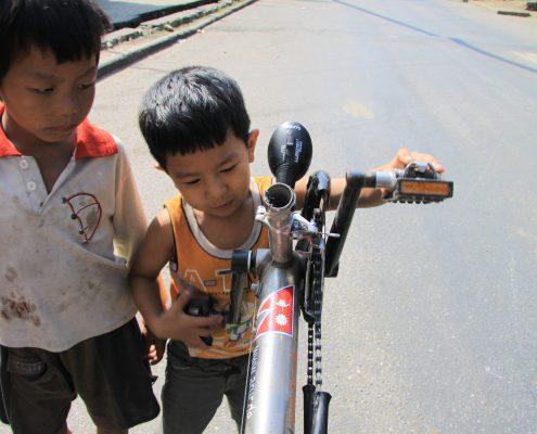 Kinder interessieren sich für das Liegerad