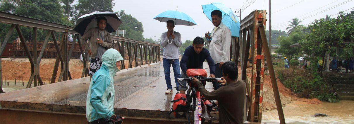 Kleine Hilfe von Thais bei einem Hinternis