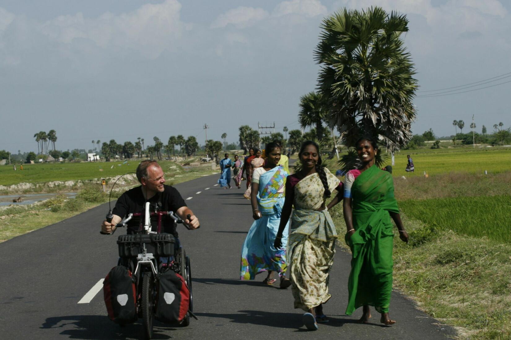 Begegnung mit Bäuerinnen auf dem Weg zu ihren Reisfeldern